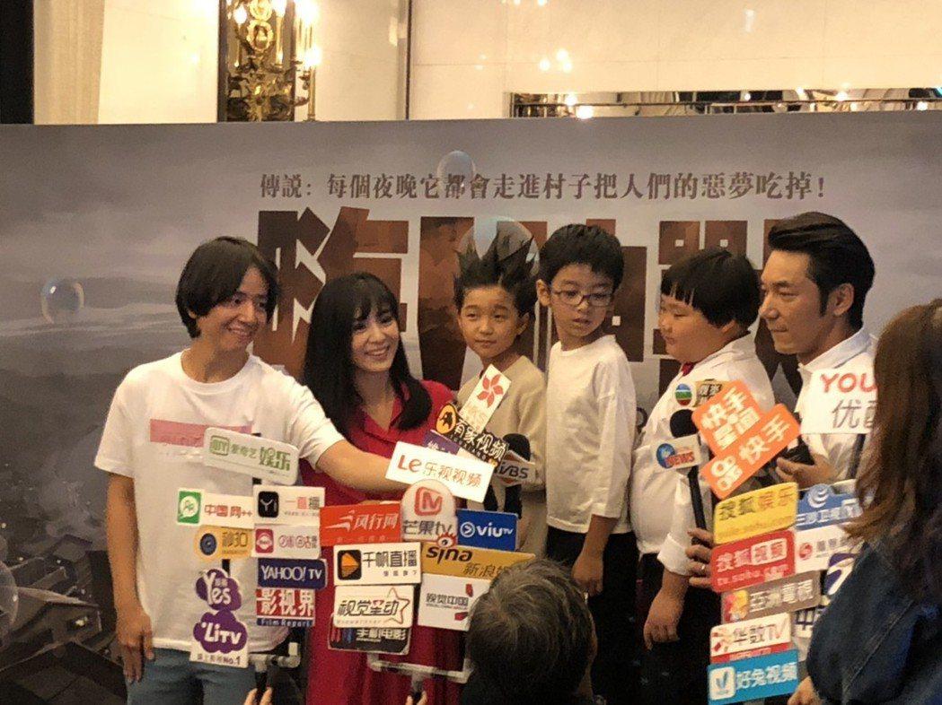 楊采妮(左2)出席「嗨!神獸」電影殺青宴。記者陳建嘉/攝影