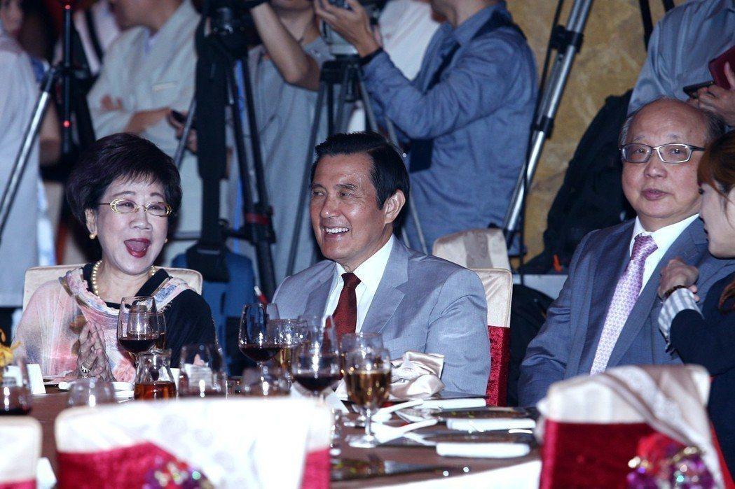 前總統馬英九(中)、前副總統呂秀蓮(左)與台中市前市長胡志強(右)三人出席出席周...