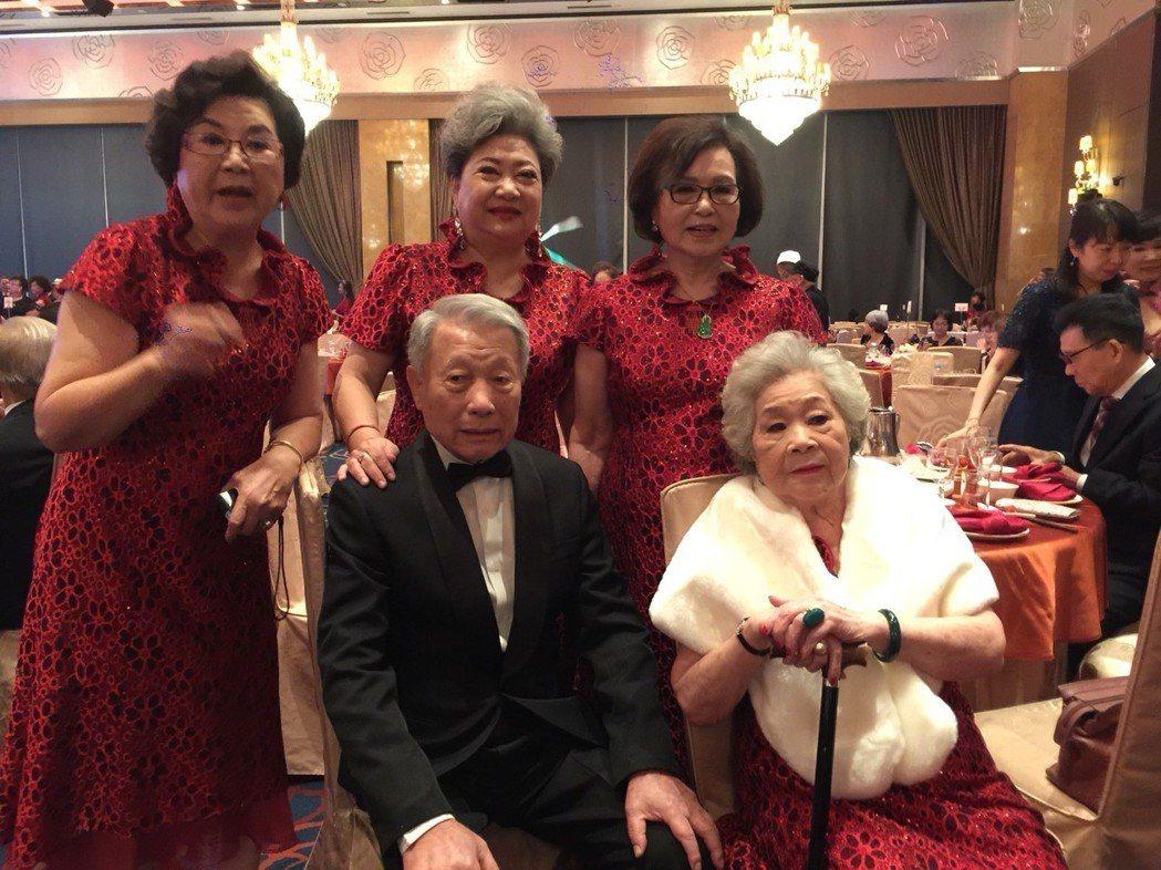 伴娘團素珠(右起)、紀露霞、吳敏、王滿嬌、林義雄。記者陳慧貞/攝影