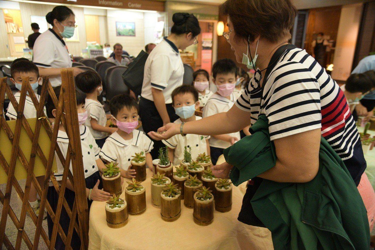 大林慈濟醫院為印尼海嘯災情募款,幼兒園小朋友愛心不落人後展售環保清潔劑和多內植物...