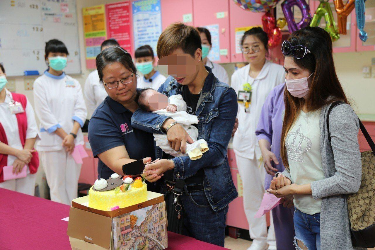 麻豆新樓醫院、台南市府社會局陪同,阮婦男友抱起小男嬰。圖╱醫院提供