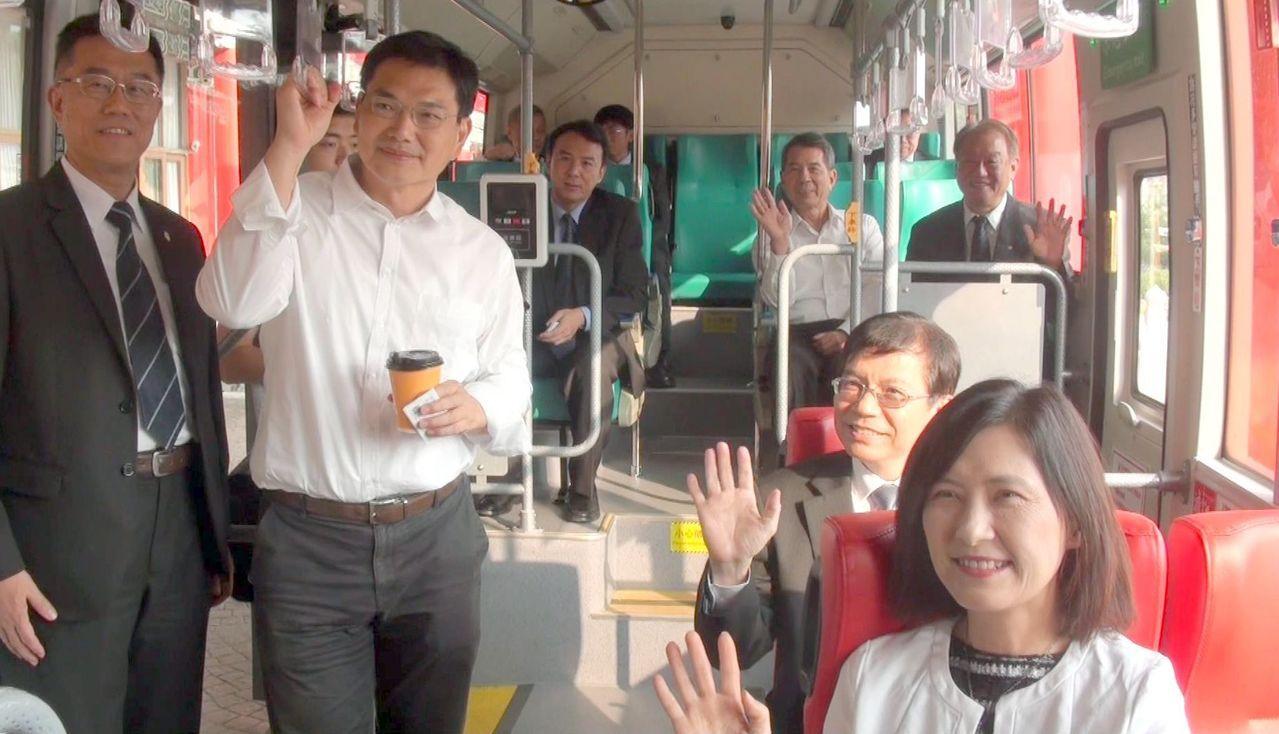 直達高雄圓山飯店的「港都客運」黃2線電動公車,今午試乘。記者王昭月/攝影