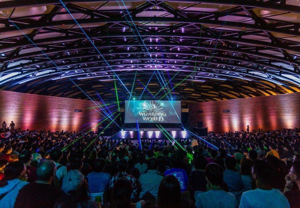 「怪獸與牠們的產地」在「白晝之夜」的主舞台「舞蝶館」做戶外放映,吸引超過1500...