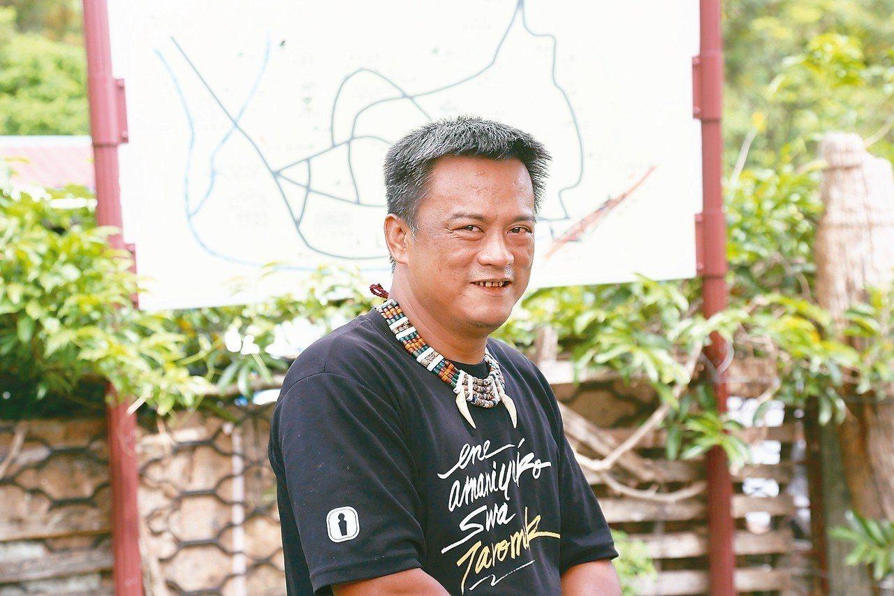 達魯瑪克部落解說員李張力元簡介部落位置及設施。 記者魏妤庭/攝影