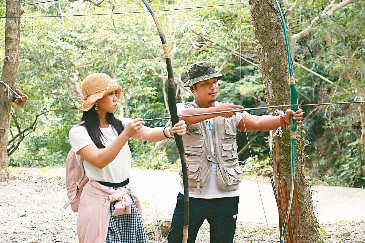 部落青年教狩獵如何拉弓射箭。 記者魏妤庭/攝影