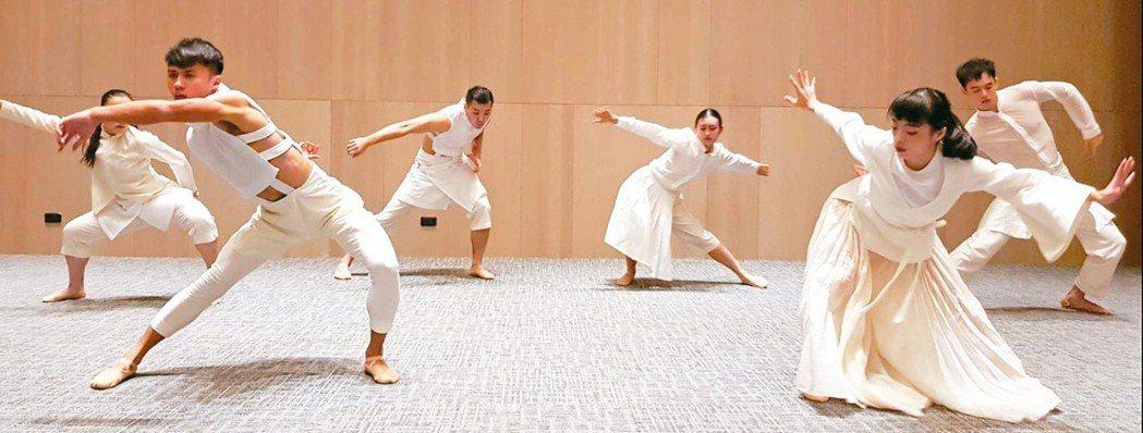 衛武營國藝中心昨舉辦開幕前記者會,丞舞製作團隊舞者們現場演出「眾人的派對」精華舞...
