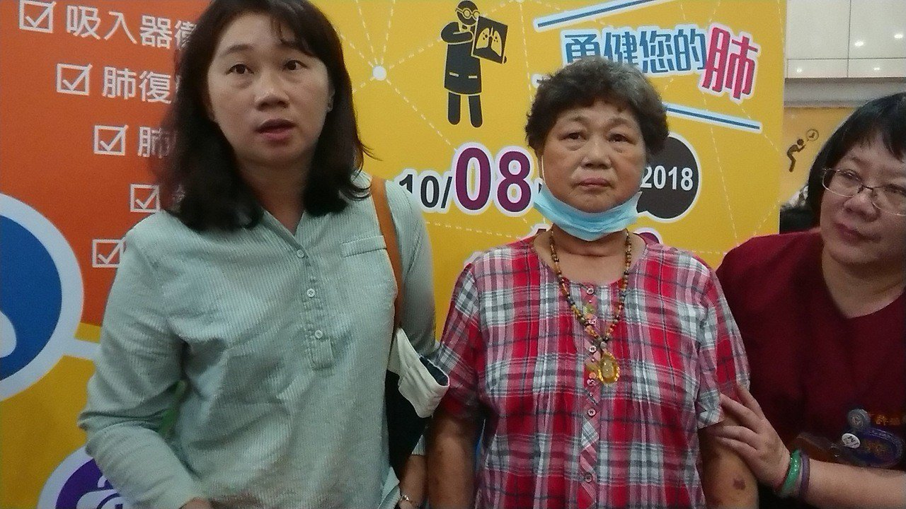 74歲的婦人阿綿(中)因流感引發急性呼吸窘迫,歷經氣切、插管,經進行肺部復健,終...