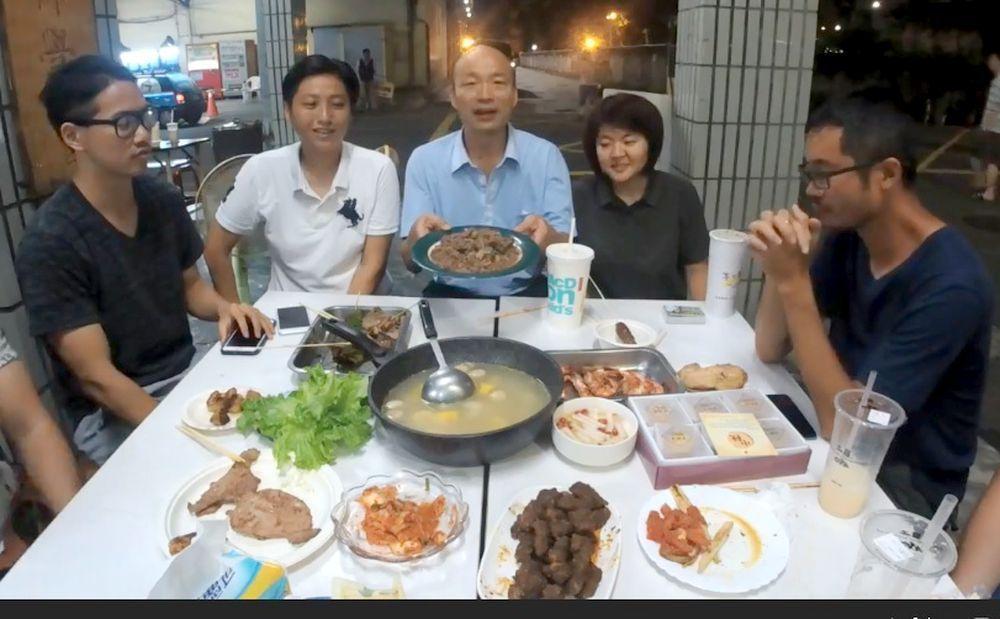 國民黨高雄市長參選人韓國瑜(左三)和北漂世代吃火鍋。 圖/韓國瑜競選服務處提供