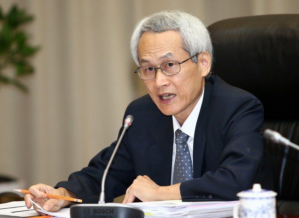 銓敘部長周弘憲表示,多數考試委員對提出年改釋憲案態度保留,目前並無聲請釋憲的計畫...