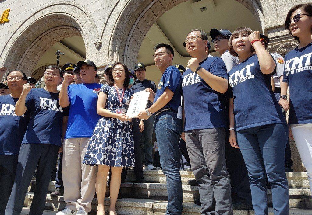 大法官書記處處長王碧芳(左四)接下八百壯士釋憲聲請狀。 圖/聯合報系資料照片