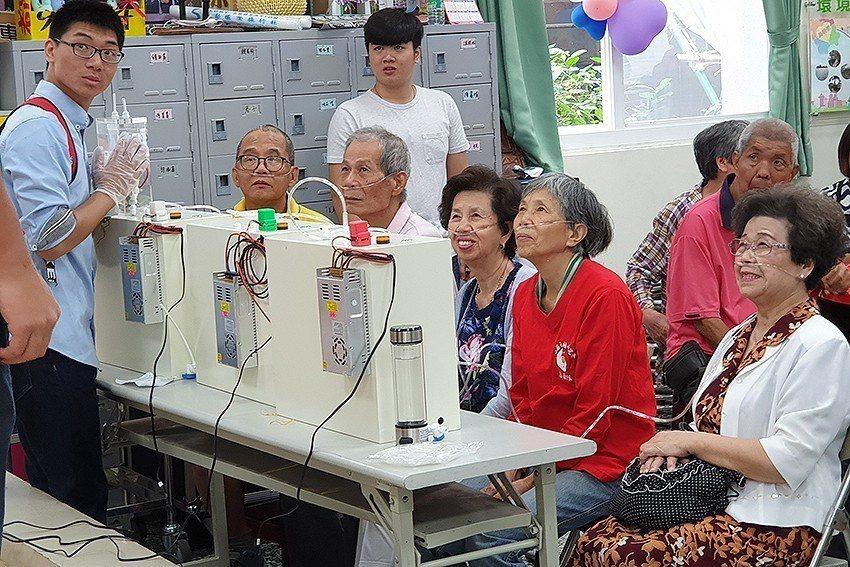 元智大學機械工程學系鐘國濱教授團隊,為長輩導入氫呼吸保健。 元智大學/提供