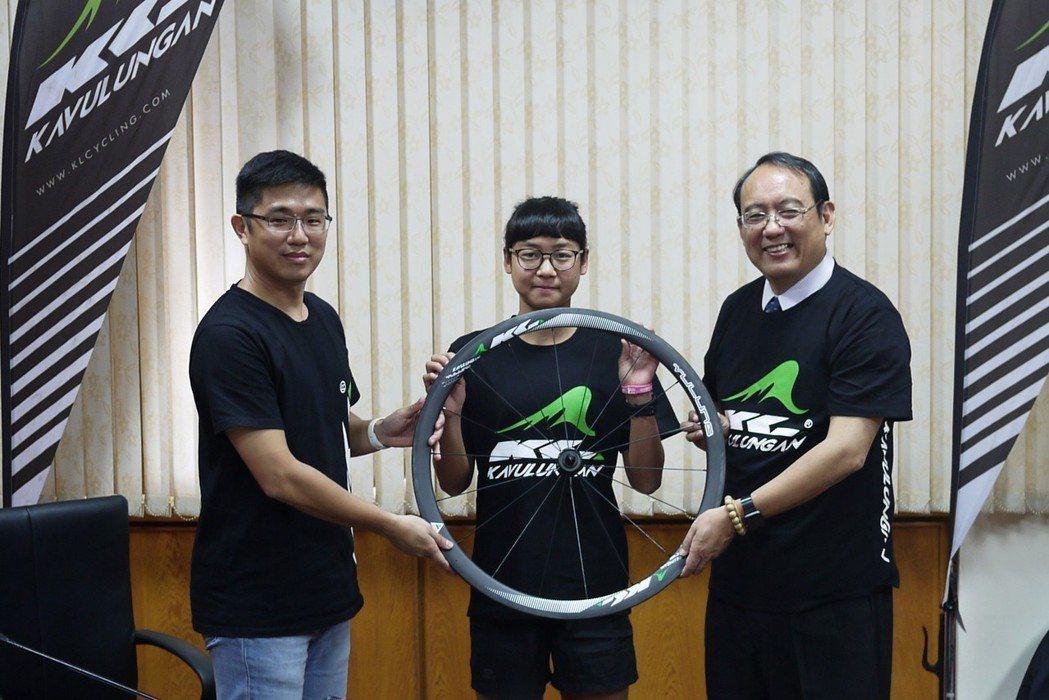 信振複材總經理黃春暉(前排左二)贈送KAVULUNGAN自有品牌碳纖維自行車輪組...