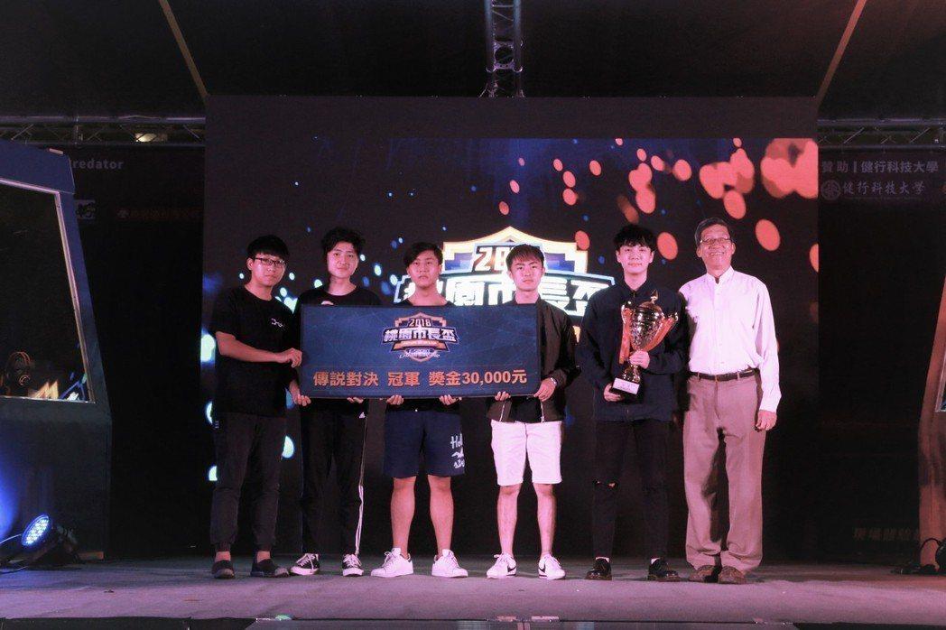 傳說對決冠軍由健行科大團隊奪下,校長李大偉(右一)與冠軍隊成員合影。 健行科大/...