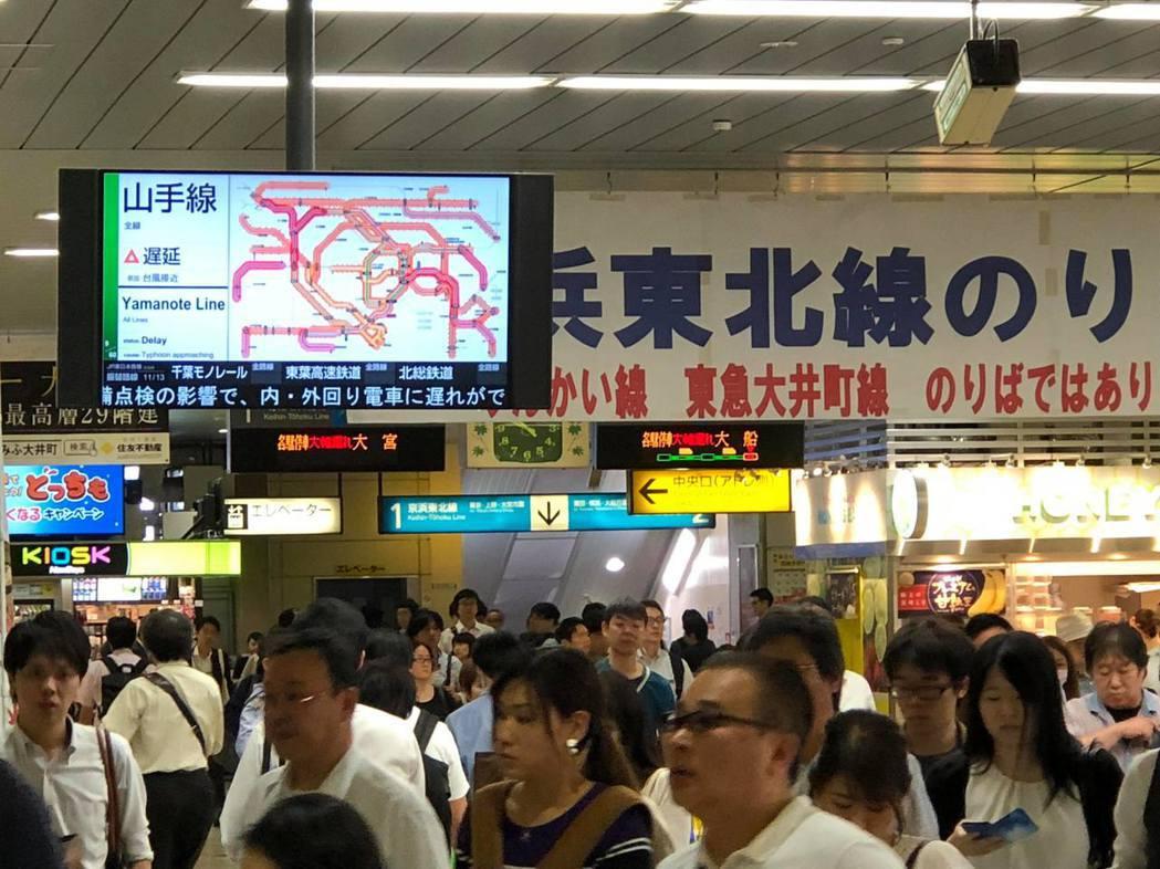 10月1日星期一上午,東日本JR因為計畫運休而造成首都圈鐵道混亂。正值上班尖峰時...