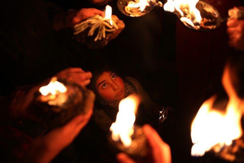 圖為亞茲迪人在伊拉克北部拉利什的聖殿中慶祝亞茲迪新年,攝於2015年4月。 圖/...