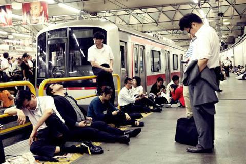 「計畫運休」在首都圈是第一次實施,JR東日本總共停駛了1,218列在來線的班車與...
