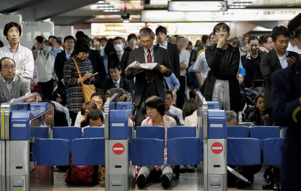 最早開始實施大規模「計畫運休」的,其實是位於關西的京阪神鐵道圈。 圖/路透社
