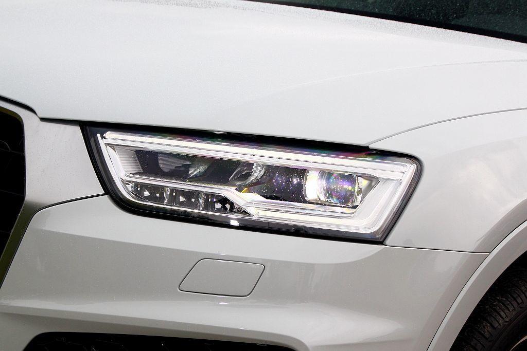 升級極線LED辨識燈的LED頭燈組。 記者張振群/攝影