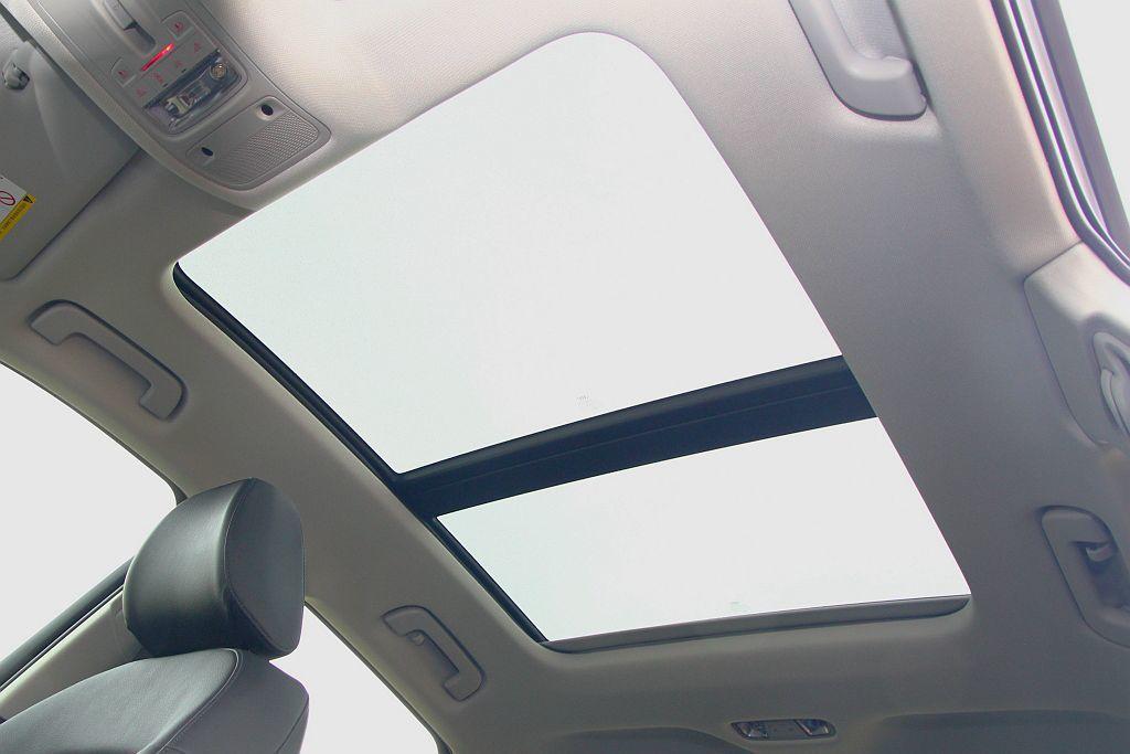 全景天窗可大幅提升車內視覺寬闊度。 記者張振群/攝影