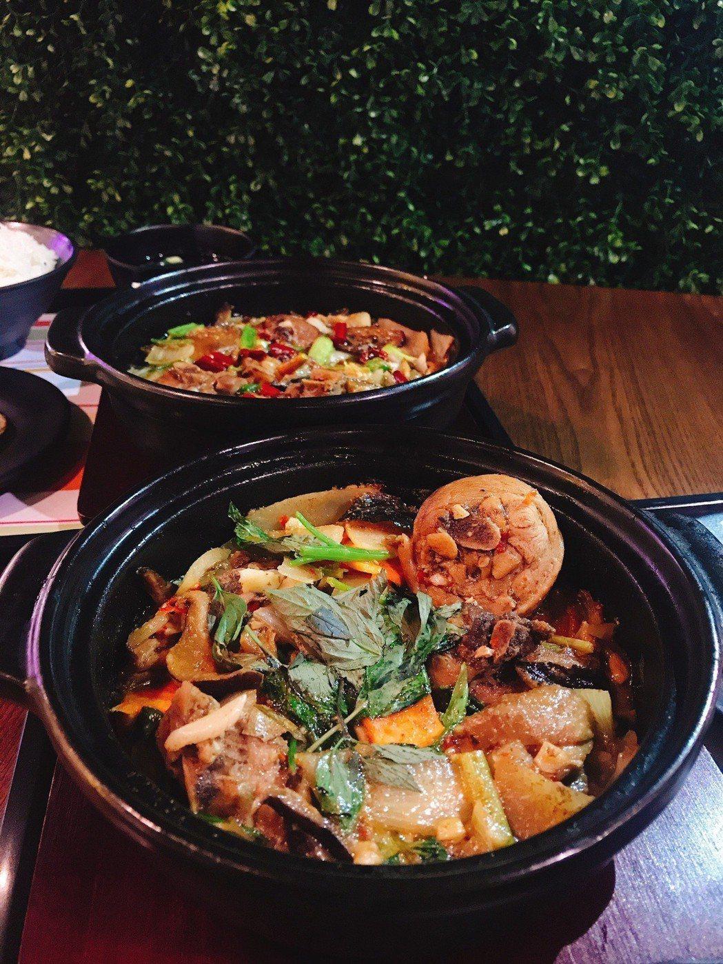 來自山東省正宗經典美食「黃燜雞」,其十多種珍貴中藥材,以砂鍋高溫燉滷,讓雞腿肉猶...