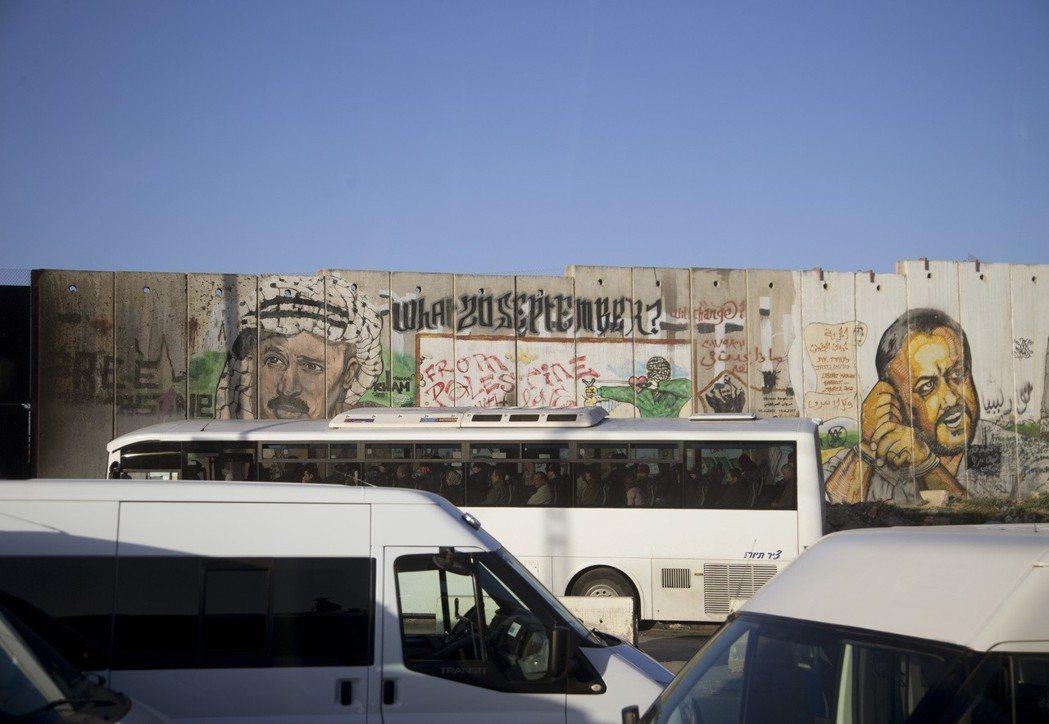 自2002年起,以色列開始在與巴勒斯坦的邊界上逐起隔離牆,拉馬拉也猶如圍城。 圖...