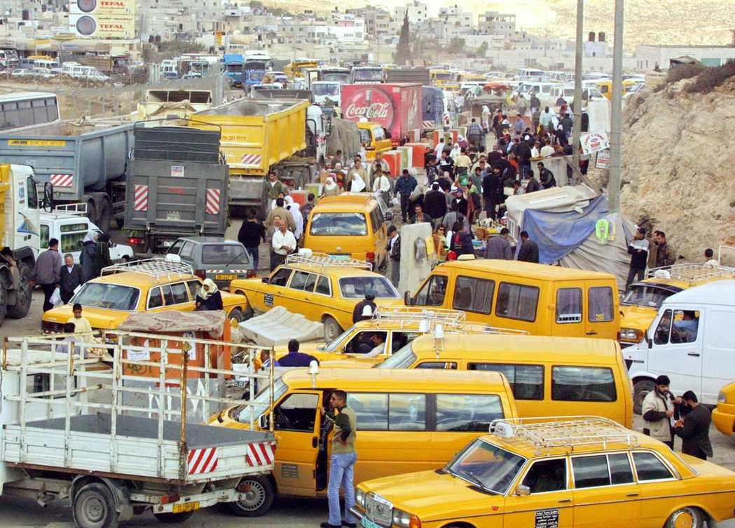 城際城內的大眾運輸付之闕如,汽車成為巴勒斯坦全民代步工具,拉馬拉市中心大街上幾乎...