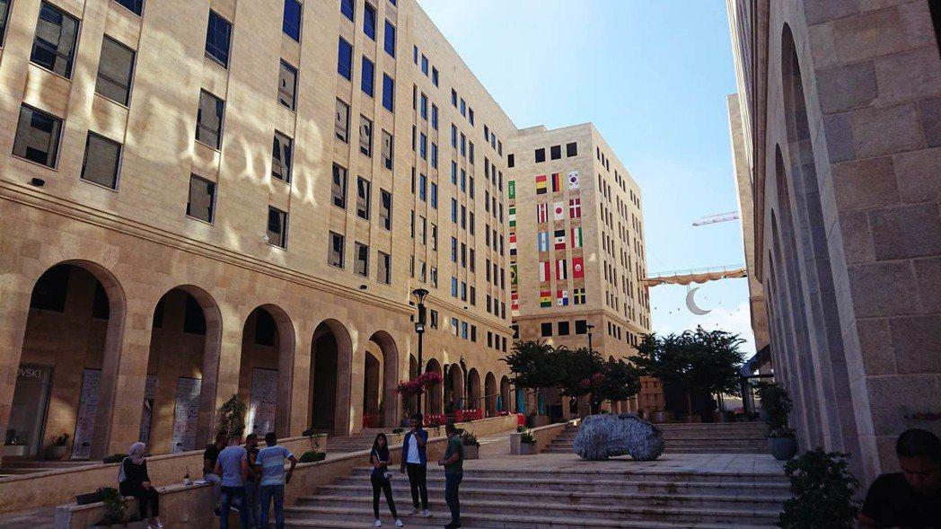 拉瓦比是巴勒斯坦第一個總體規劃的城鎮,現代化的大型商業區和高樓住宅,與其他巴勒斯...