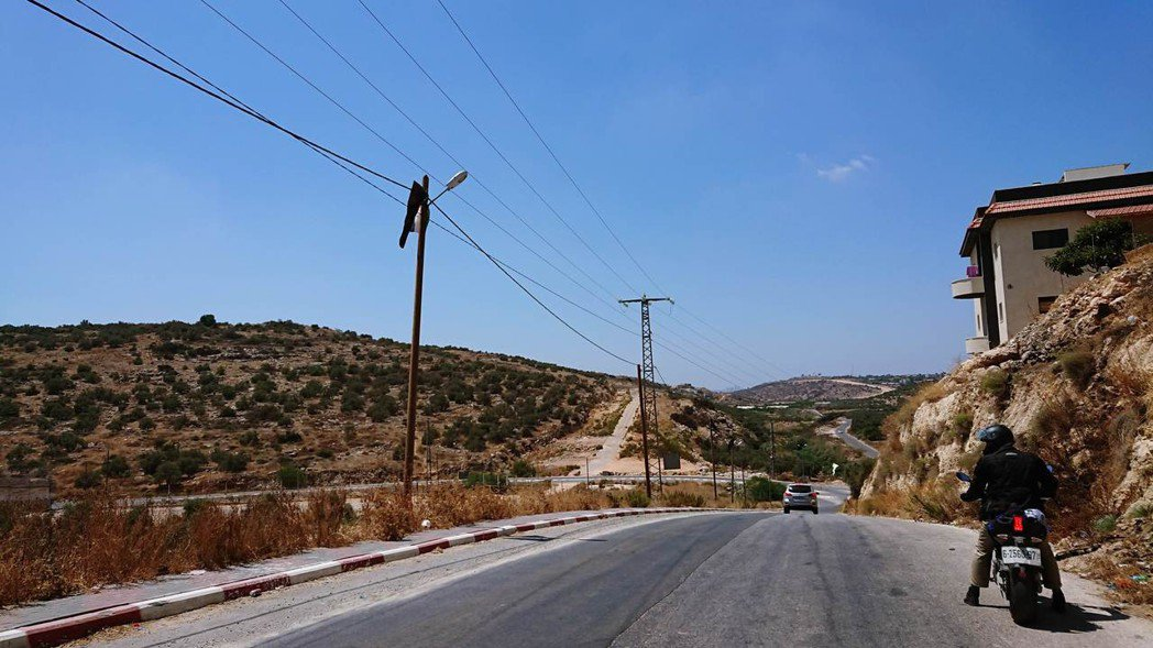 我們繼續在山頭與山頭、村莊與村莊間「跳島」。盡可能地避開令人神經緊繃的猶太屯墾區...