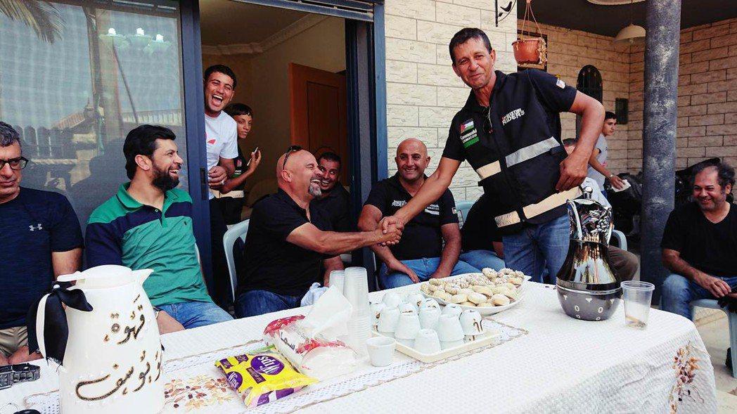 不老騎士團飯後轉戰巴勒斯坦騎士團長家的院子,喝茶吃點心,暢聊機車。 圖/作者拍攝
