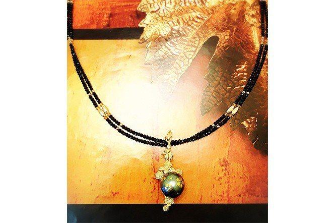 24K蒔繪珍珠。於珍珠表面施予特殊的加工和蒔繪漆藝,結合奢華與設計感知珍珠首飾。