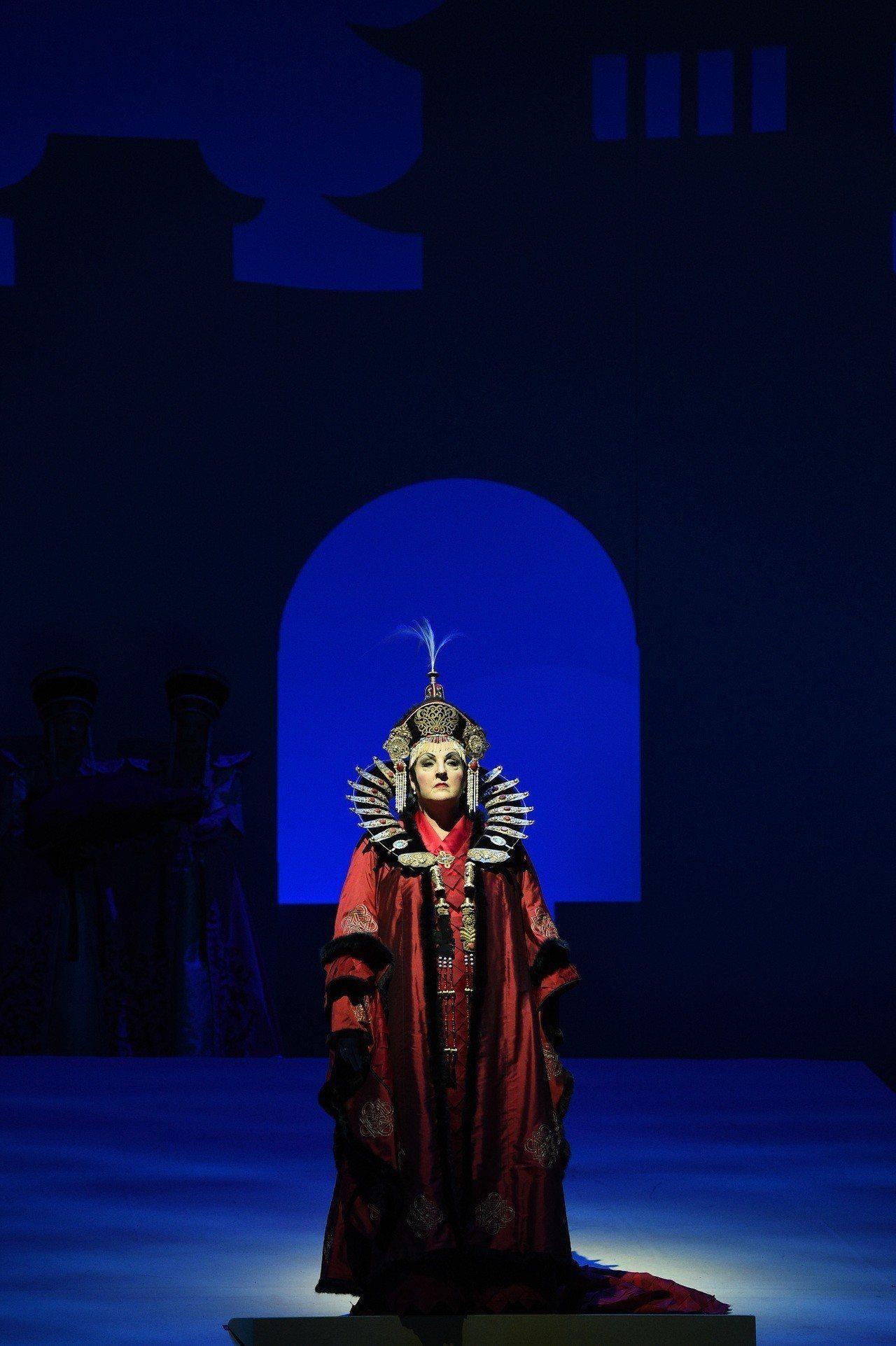 ▲2015年促成德國萊茵歌劇院與臺灣眾多創意人才的歌劇《杜蘭朵》,是簡文彬認為衛...