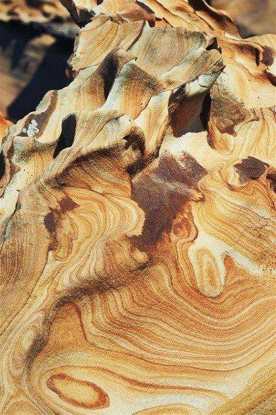 由於岩石硬度不同,在風化過程中,形成凹凸的切割面。