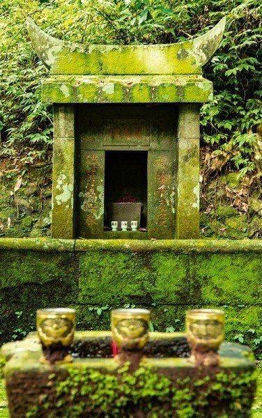 步道上常可見小巧的伯公廟,守護著當地居民。