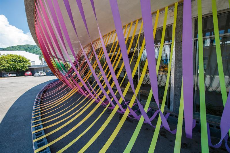 昔日是大武轉運站的南方以南服務站,乘載著居民送往迎來的回憶,彩虹一般的裝置藝術,...