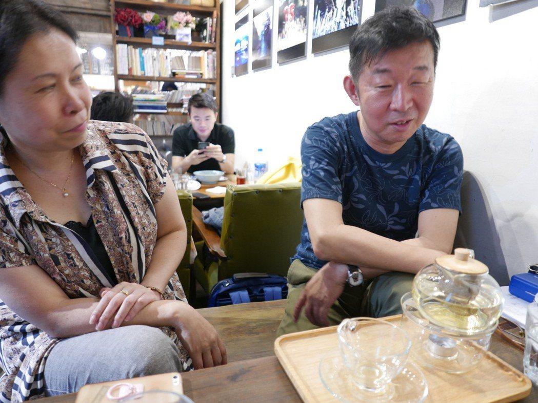 (右)鄭義信導演、(左)山崎理惠子副導演。