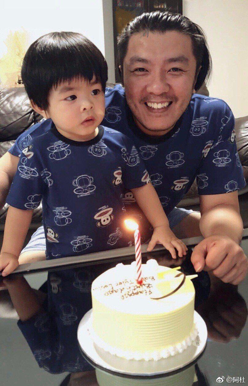 阿杜(右)日前替「小杜杜」慶祝2歲生日。圖/摘自微博