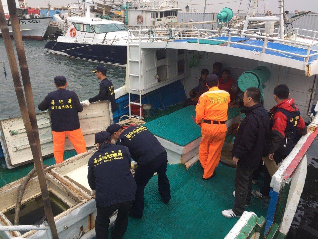 海巡人員將昇利滿號押回公務碼頭,並與警方登船搜索。記者林伯驊/翻攝