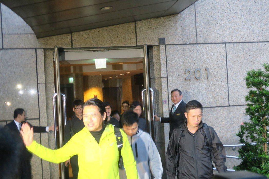 周潤發對媒體記者微笑揮手致意。記者蘇詠智/攝影