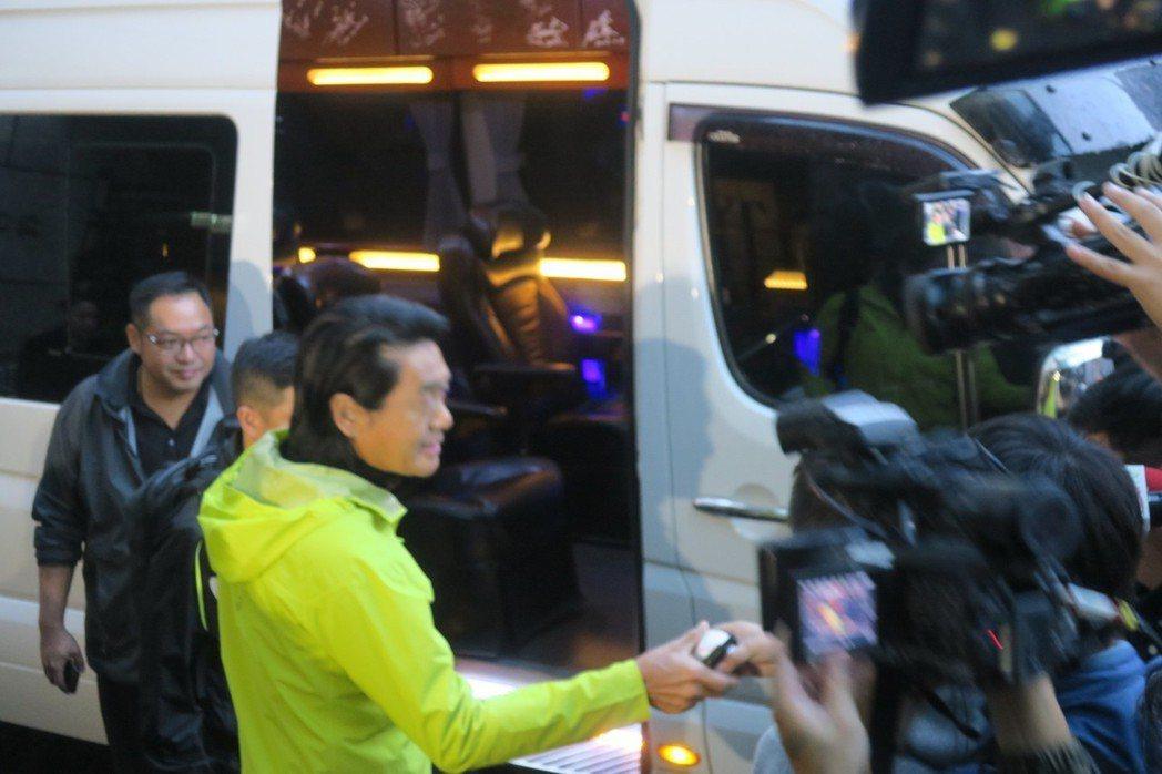 周潤發上保母車前還為人簽名留念。記者蘇詠智/攝影