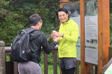 睽違台灣8年的周潤發,把握時間充分享受台灣的環境,今天一大早雖仍陰雨綿綿,卻仍然上二子坪跑步,吸引大批媒體跟隨,63歲的他體力充沛,年紀小他許多的記者們都在後苦苦追趕。問他今日跑步心情,他笑答:「今...