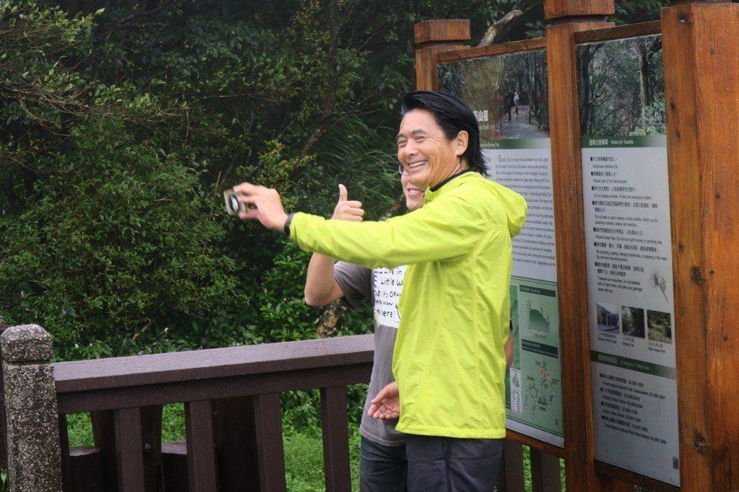 周潤發和媒體、登山客自拍。記者蘇詠智/攝影