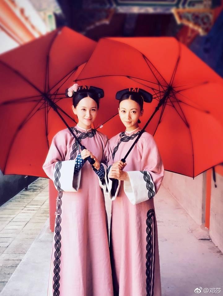 鄧莎(左)在「延禧攻略」中飾演吳謹言的姊姊。圖/摘自微博