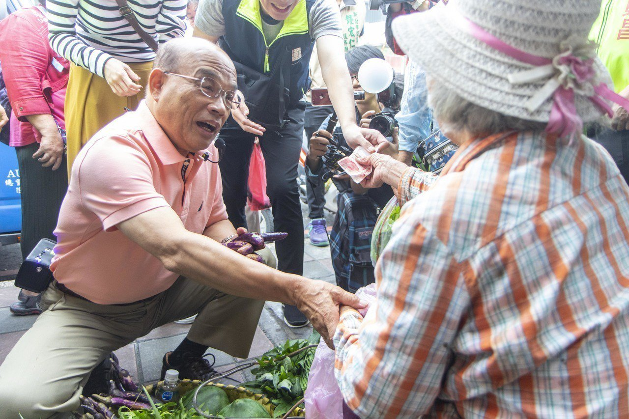 民進黨新北市長參選人蘇貞昌今上午前往林口藝術商街市場掃街,更向攤商購買茄子,也不...