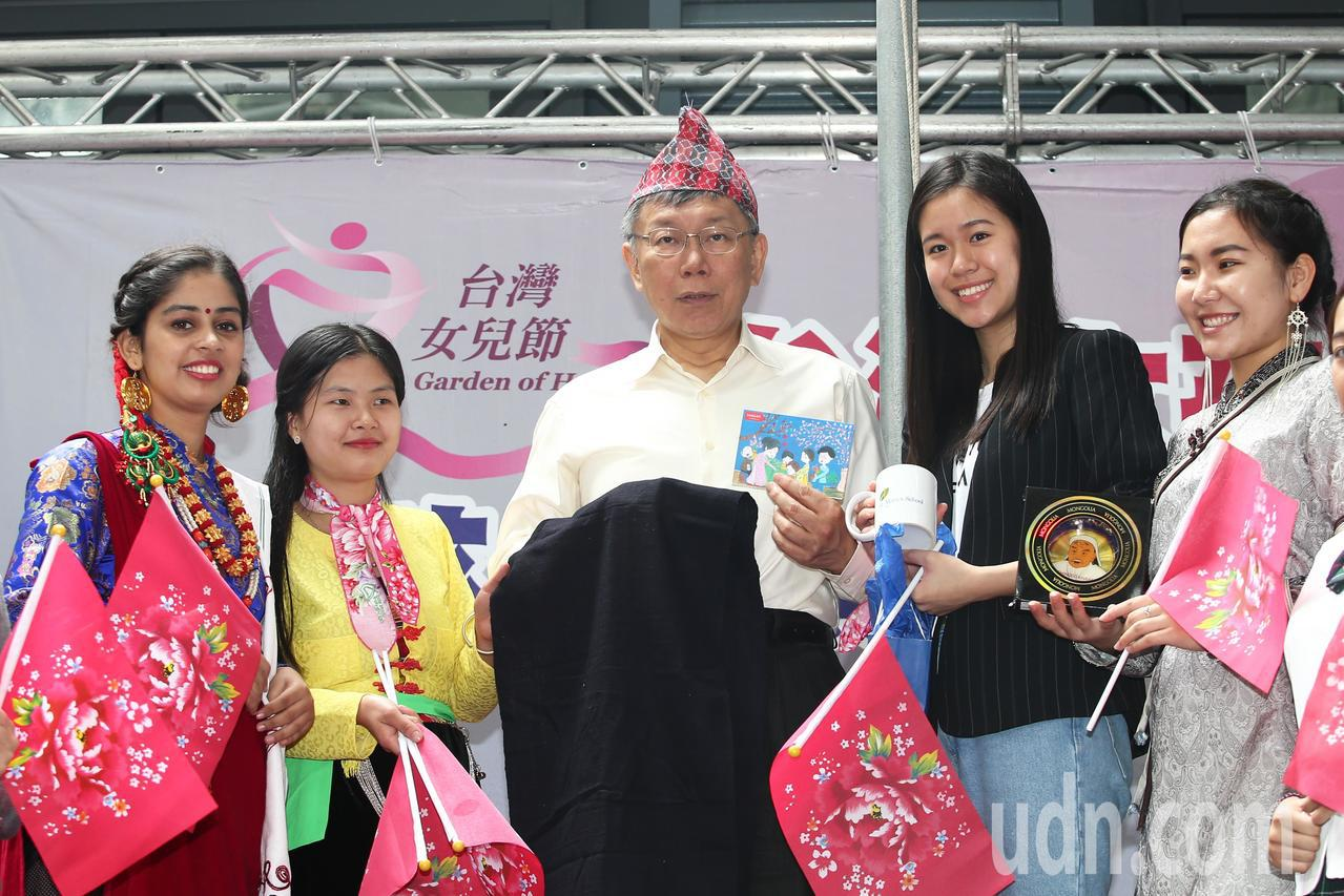 台北市長柯文哲出席「台灣女孩日-女孩倡議與投資報告」記者會,一起參加台灣女孩日迎...