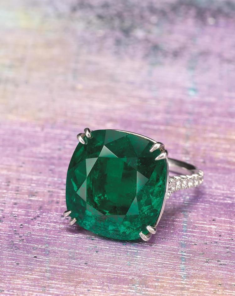 中國嘉德一枚極為珍罕與精美19.69克拉天然哥倫比亞未經處理祖母綠配鑽石戒指,以...