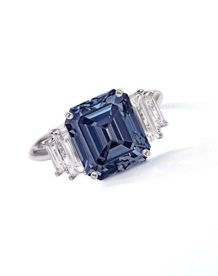 蘇富比秋拍最高成交拍品「愛」鑽,主鑽為一枚5.00 卡拉方形艷彩藍色 VS2 淨...