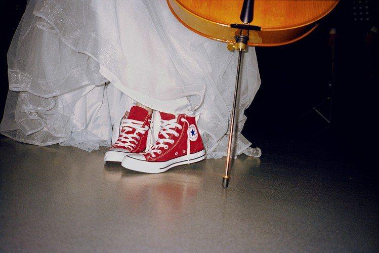 歐陽娜娜身穿露肩長禮服,小露性感之餘,還踩著一雙顯眼的紅色Chuck Taylo...
