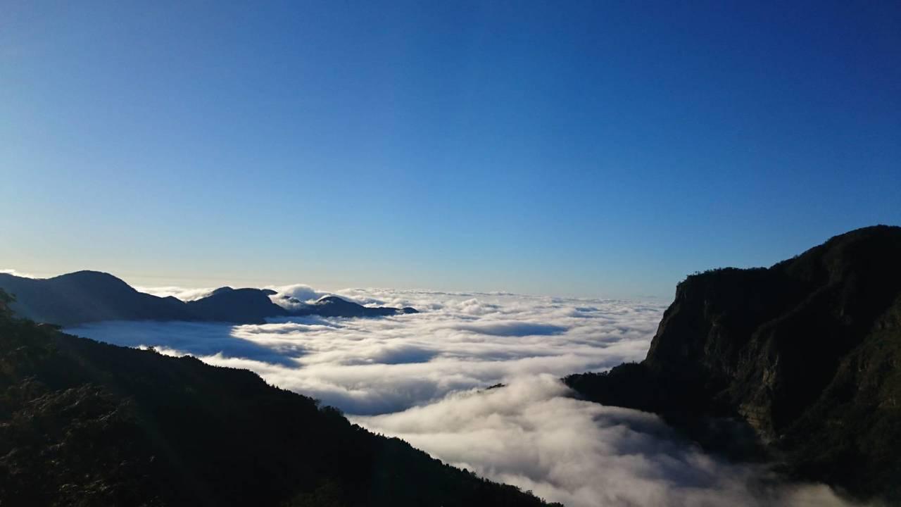 二萬坪的雲海有一旁的塔山加持,景緻迷人。圖/戴岳樵提供