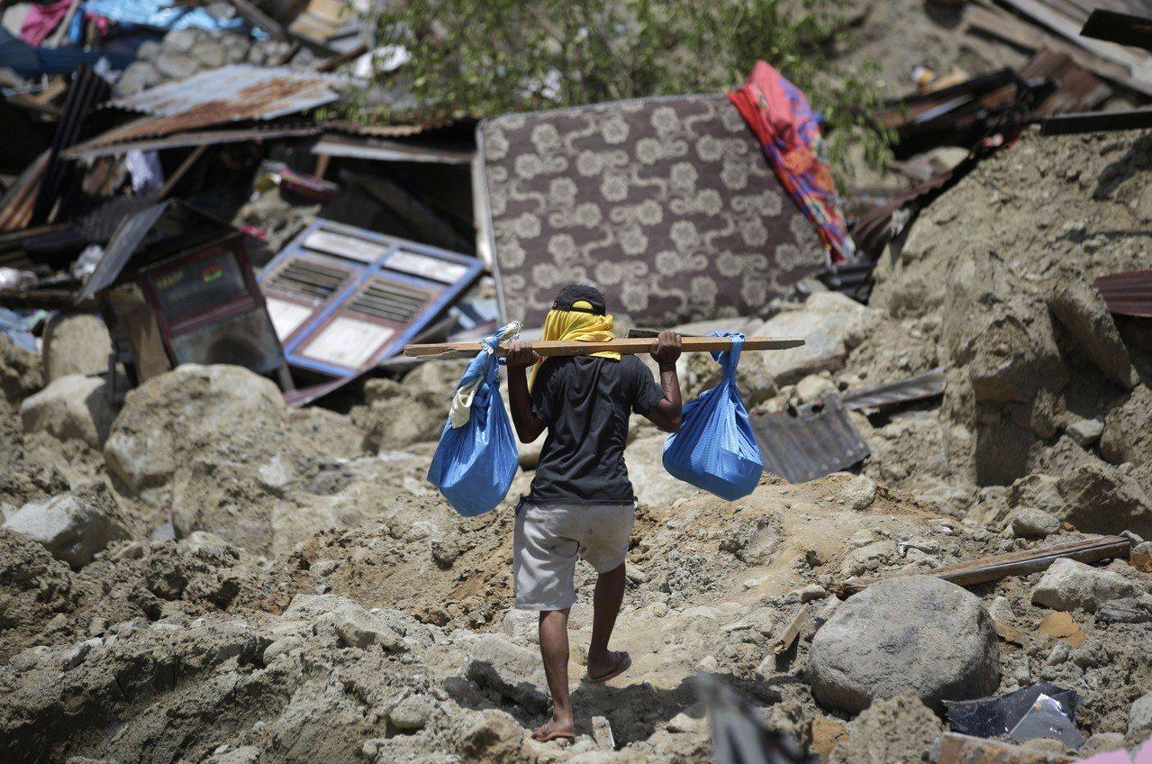 印尼蘇拉威西島地震和海嘯災情慘重,災民急需援助。美聯社