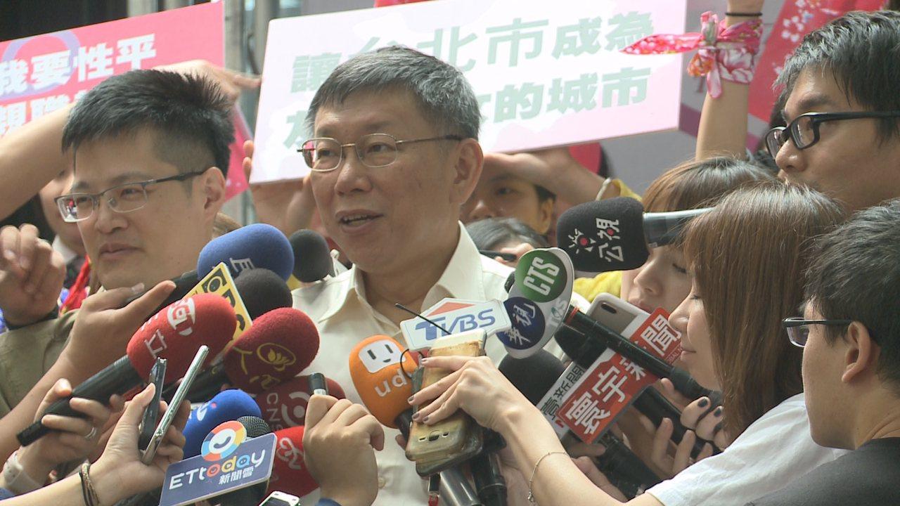 葛特曼離台前,奉勸台灣年輕人「別把政治人物當英雄」,柯文哲也不客氣地反諷葛特曼不...